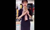 Video: Nữ nhân viên xinh xắn hướng dẫn cách thắt khăn cực đẹp cho nàng