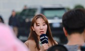 Nữ phóng viên Hàn xinh tươi đến đón đoàn quân HLV Park Hang-seo