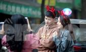 Giới trẻ lên phố Hàng Mã chụp ảnh Giáng sinh
