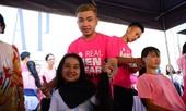 Xúc động bé gái hiến tóc tặng bệnh nhân ung thư vú