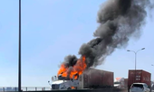 Xe contaner bất ngờ bốc cháy nghi ngút trên cầu Phú Mỹ