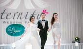 Hà Hồ, Lệ Quyên mặc váy cưới trình diễn trên sân khấu