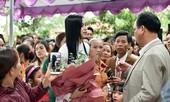 Người dân xóm làng tới nhà chia vui với gia đình Hoa hậu Đỗ Thị Hà