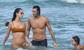 Cựu 'thiên thần nội y' Alessandra Ambrosio tắm biển cùng bạn trai