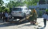 Kinh hãi cảnh ô tô 'điên' đâm gãy cột đèn nhà thờ đá Nha Trang