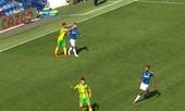 Ngôi sao của Everton khiến đối thủ nổi đóa đánh thẳng mặt