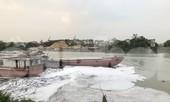 Ghê sợ dòng kênh đen sủi bọt đổ ra sông lớn ở Bắc Ninh