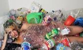 Người mẫu khỏa thân trong rác bảo vệ môi trường