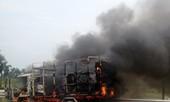 Xe cháy dữ dội trên cao tốc Thăng Long – Nội Bài