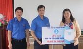 TƯ Đoàn thăm, tặng quà học sinh, sinh viên và người dân vùng lũ