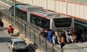 Xe buýt nhanh BRT bị hỏng khiến hành khách phải xuống đẩy, cư dân mạng không thể nhịn cười