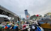 Dân chặn xe vào Nam Sơn, rác lại 'bao vây' đường phố Hà Nội