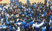 Hàng trăm thầy cô, học sinh của trường THPT ở Nghệ An ôm nhau khóc nức nở giữa sân trường