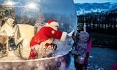 Giáng sinh thời COVID-19: Ông già Noel trong bong bóng, đồ trang trí cũng đeo khẩu trang