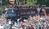 Tuyển Đức diễu hành trên... xe tải