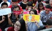 CĐV nữ mang biểu ngữ bày tỏ sự hâm mộ tuyển thủ U23
