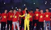 Cầu thủ U23 Việt Nam tặng son môi và hát cùng Mỹ Tâm