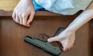 Nam sinh 11 tuổi tự sát bằng súng khi đang học trực tuyến