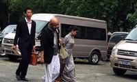 Ông Vũ cùng luật sư trong lần đến tòa giải quyết vụ ly hôn. Ảnh: Tân Châu