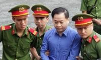Ông Vũ 'nhôm' vừa được nguyên Tổng đốc DAB 'nhận lỗi' tại tòa. Ảnh: Tân Châu.