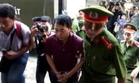 Nguyên Chủ tịch VN Pharma - bị cáo Nguyễn Minh Hùng bị áp giải vào tòa sáng nay 24/9. Ảnh: Tân Châu