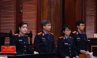 Viện kiểm sát công bố xong cáo trạng, qua đó dòng tiền trong vụ án bước đầu được làm rõ. Ảnh: Tân Châu