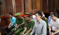 Các bị cáo tại phiên tòa sáng nay 26/9. Ảnh: Tân Châu