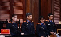 Đại diện Viện KDND TPHCM giữ công tố tại phiên tòa vừa nêu quan điểm vụ án chiều nay 26/9. Ảnh: Tân Châu