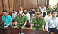 Các bị cáo tại phiên tòa sáng nay 30/9. Ảnh: Tân Châu.