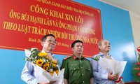 Thượng tá Đặng Trọng Cường tặng hoa cho ông Lân (trái) và Hướng (phải) tại buổi công khai xin lỗi. Ảnh: Tân Châu