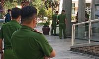 Cảnh sát có mặt tại chung cư Saigon News chiều 28/4. Ảnh: Tân Châu