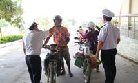 Lực lượng chức năng đo thân nhiệt người về Việt Nam từ Campuchia.