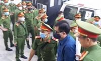 Áp giải cựu Bộ trưởng Đinh La Thăng vào tòa án sáng 14/12. Ảnh: Tân Châu