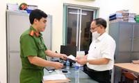 Công an TPHCM tống đạt khởi tố, bắt tạm giam ông Tất Thành Cang. Ảnh: Cơ quan công an cung cấp.