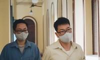 Cựu thẩm phán Nguyễn Hải Nam (phải) và cựu giảng viên Lâm Hoàng Tùng tại tòa.