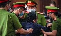 Cảnh sát áp giải bà Diệp khỏi phòng xử án.