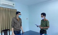 Dương Tân Hậu thời điểm cảnh sát tống đạt quyết định khởi tố bị can.