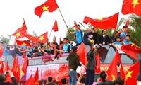 Hai bên đường rợp cờ chào đón cầu thủ U23 Việt Nam