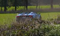 Cầm lái siêu xe Lamborghini gặp khúc cua vẫn phi vào bụi cỏ