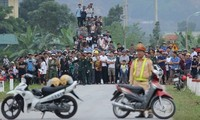 Người dân liều mạng rủ nhau xem bắt kẻ ôm súng cố thủ ở Hà Tĩnh