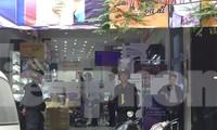 Cảnh sát chuyển đồ đạc ở Nhật Cường mobile sau khám xét