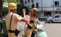 Cụ ông có nồng độ cồn vượt quá mức được CSGT Hà Nội chở về nhà