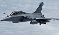 Cận cảnh 7 chiến đấu cơ Pháp hạ cánh khẩn cấp xuống Indonesia