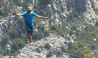 Những người Pháp đi trên dây băng qua vách núi cao 300 m
