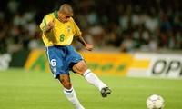 Roberto Carlos tái hiện cú sút phạt 'quả chuối' ở tuổi 46