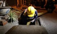 Xuyên đêm nạo vét bùn quanh nhà máy Rạng Đông