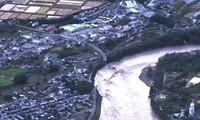 Siêu bão Hagibis làm nước sông dâng cao, gây sập cầu ở Nhật