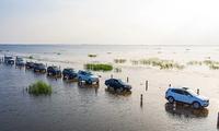Khám phá con đường dưới nước chia đôi hồ lớn nhất Trung Quốc