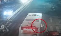Hàng chục người nâng xe buýt để giải cứu 2 cô gái mắc kẹt dưới gầm