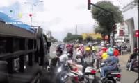 Xe tải tông hàng loạt xe máy đang dừng chờ đèn đỏ ở TP.HCM